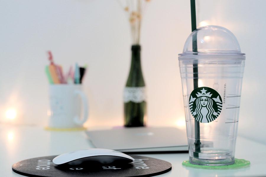 Copo da Starbucks que sempre deixo por perto para não esquecer de tomar água