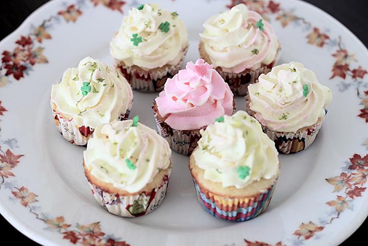 Mini Cupcakes - recheio de limão e cobertura de chantilly