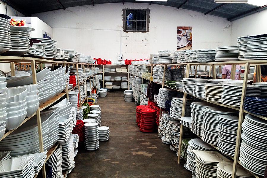 Cerâmica Scalla Essa é uma das lojas, mas todas são assim em grandes galpões. Tem que ter tempo e paciência para garimpar itens bons.