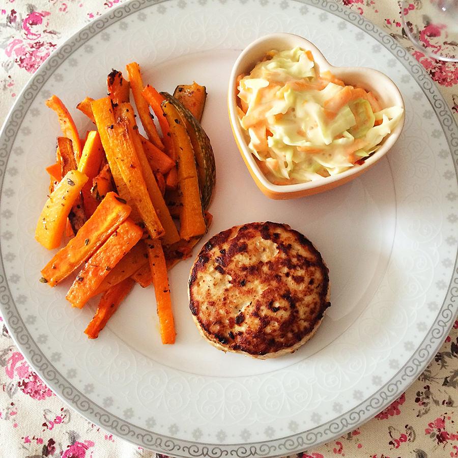 Salada Coleslaw, Hambúrguer de Frango e Legumes Assados
